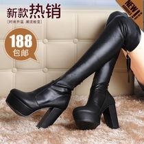 Светлые джинсы с черными ботинками